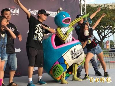 台日交流賽》羅德吉祥物「謎之魚」照相見面會
