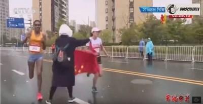 馬拉松》志工塞五星旗讓選手失冠  自家網友怒轟:根本腦殘!