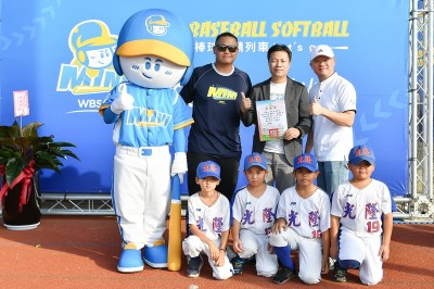 棒球》迷你棒球回饋列車 胡智為返小學母校回饋