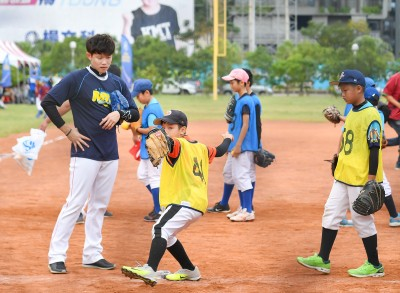 棒球》陳冠宇貼身指導 YY迷你棒球學院正式開跑