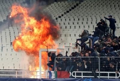 足球》歐冠賽爆發衝突 民眾丟汽油彈警察趁機打人