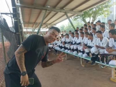 棒球》郭泓志足感心 讓南英學弟免費體驗「費雪營」