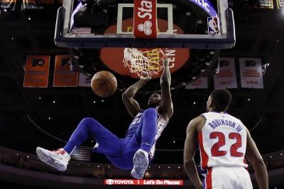 NBA》恩比德歸隊轟24分 七六人超猛團隊攻勢氣走活塞