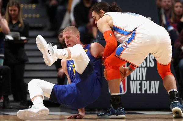 NBA》超級暖男!球員放棄輕鬆得分機會避免對手受傷 網友盛讚