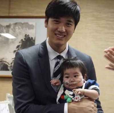MLB》大谷翔平抱小孩 暖心為同名寶寶獻祝福