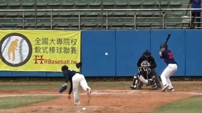 棒球》軟棒再現不思議強投 球跟帽子一起飛!(影音)