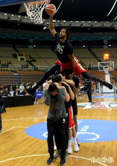 SBL》飛越5人!台銀洋將泰勒進帳第二座灌籃大賽冠軍