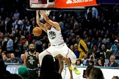 NBA》柯瑞能投也能飛 大秀360度爆扣、空拋打板灌籃(影音)