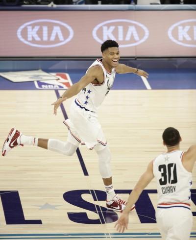 NBA》柯瑞超高「彈地」助攻 字母哥接力垂降爆扣(影音)