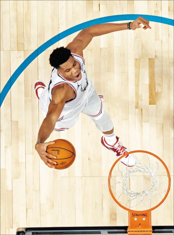 NBA明星賽》高空垂降猛灌 字母哥劇力萬鈞