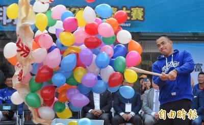 棒球》陳金鋒任富邦盃少棒賽宣傳大使  小球員爭相合照