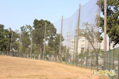 棒球》台電棒球場  右外野竟有「神全專屬護網」