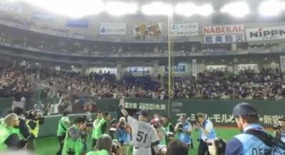 MLB》大批觀眾球場守候 一朗賽後現身東京巨蛋繞場(影音)