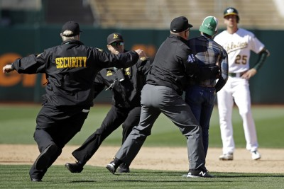 MLB》一場球兩起鬧劇 裁判將球迷壓制驅逐出場(影音)