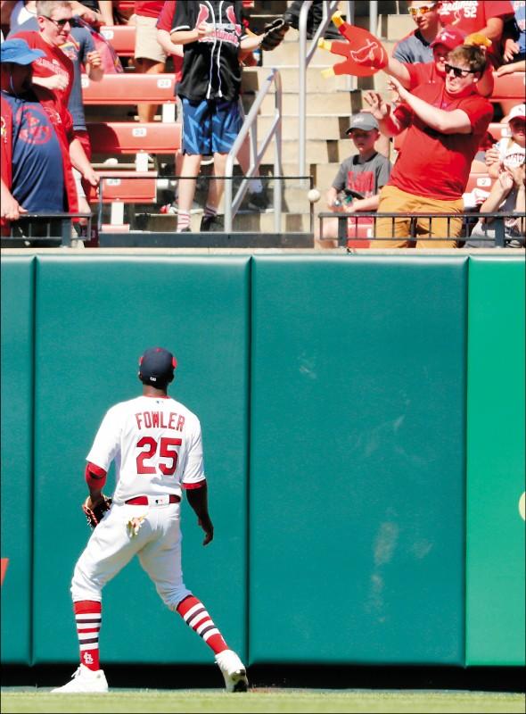 雷神本季首轟 外野手「推」了一把