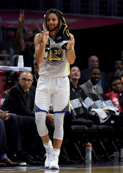 NBA》頻頻深陷犯規麻煩 柯瑞出奇招在鞋上寫「不要伸手」