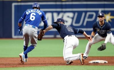 MLB》皇家兩大快腿搞烏龍? 竟被對手靠牽制抓雙殺(影音)
