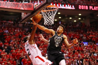 NBA》全場沸騰!雷納德正面顏扣 「字母哥」(影音)