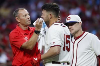 MLB》慘! 紅人大物新秀自打球中左眼 痛苦捂眼退場(影音)