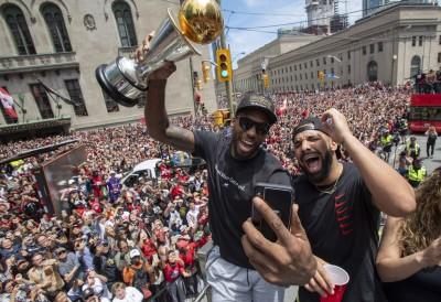 NBA》暴龍奪冠趴 雷納德秀「魔性笑聲」讓球迷樂翻