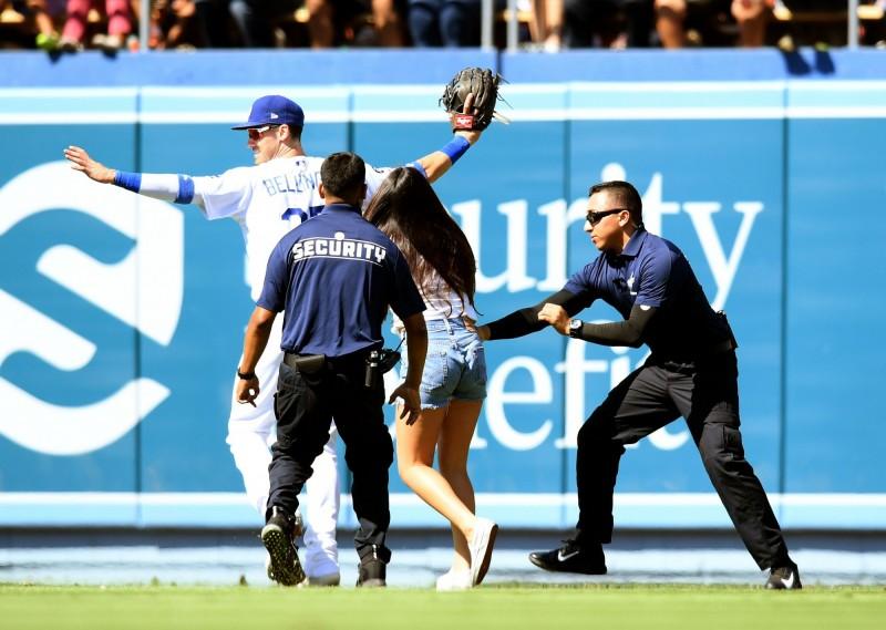 「坐牢也甘願!」瘋狂女球迷衝進球場跟貝林傑「討抱抱」