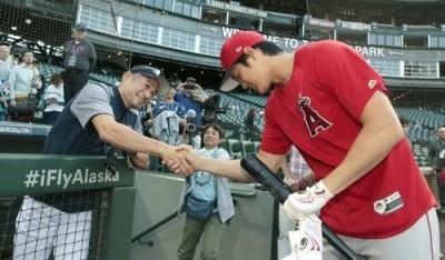 MLB》水手主場相見歡 大谷畢恭畢敬讓朗神笑開懷