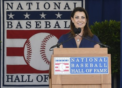 MLB》代替丈夫上臺致詞 大夫遺孀:不完美的人亦能有完美的時刻