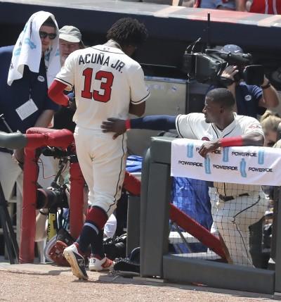 MLB》以為開轟結果打在牆上 勇士球星「慢跑」被換下場(影音)