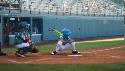 棒球》又出怪招!蹲到一半突然站起來 小球員想偷好球遭砲轟(影音)