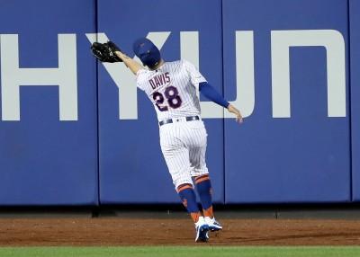 MLB》超狂背對接殺!大都會外野手伸手撈飛球(影音)