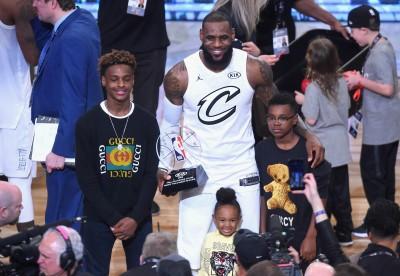 NBA》詹皇兒子赴中打熱身賽引暴動 美媒稱「跟夢幻隊一樣的待遇」