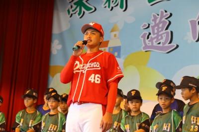 中職》龍狀元劉基鴻回母校  捐贈首月薪資並勉勵學弟妹