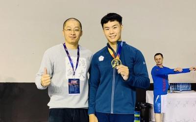 體操》克服兩大危機!唐嘉鴻奪挑戰盃單槓銅牌 為世錦賽添信心