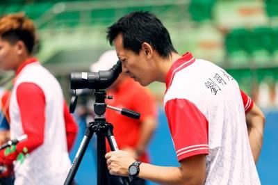 射箭》瘦身25公斤展現毅力 台中銀行教練劉明煌鼓勵隊員勇敢放箭