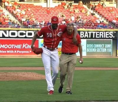 MLB》騙到你了? 紅人投手「傷退」 下一秒全力衝回休息室(影音)