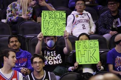 NBA》挺港球迷遭七六人保全驅逐  美網友轟:自由之城淪陷