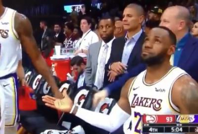 NBA》想跟魔獸擊掌遭無視 詹姆斯「傑出的一手」化解尷尬(影音)