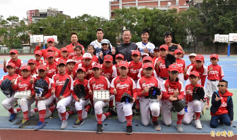 中職回饋列車抵桃園 吳志揚舉12強為例勉學童
