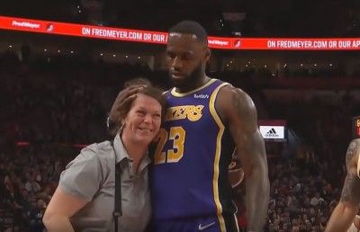NBA》撞倒小販溫柔親手扶起  「詹皇」暖男行徑再添一樁(影音)