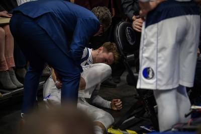 NBA》比賽開打不到2分鐘 東契奇右腳大扭傷退(影音)
