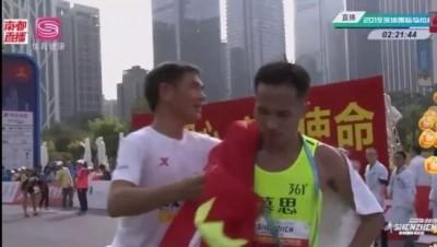 路跑》中國馬拉松亂象又一樁!冠軍衝線後被硬拉險跌倒(影音)