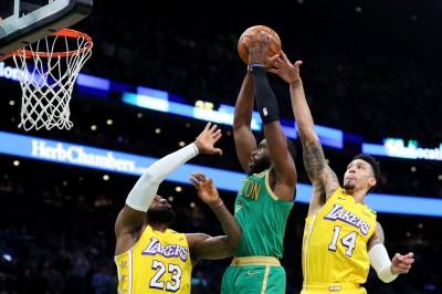 NBA》在詹皇頭上撒野暴扣 綠衫軍小將直喊爽(影音)