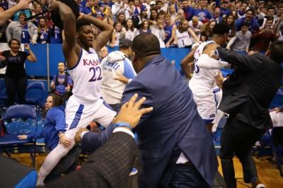 籃球》扯!NCAA上演全武行  爆衝突球員拿折凳互毆(影音)