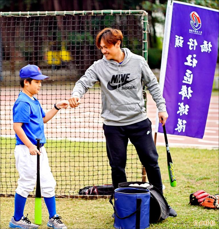 橋仔頭社區棒球隊》陳鏞基客串教練 與小球員零距離
