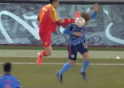 足球》中國隊球員搶球狠踹對手後腦  相隔半年終於道歉了(影音)