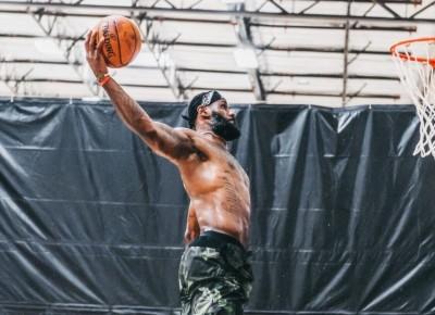 NBA》35歲銅筋鐵骨平框暴扣!詹皇裸身私練的日常