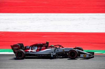 賽車》F1奧地利GP開賽前  車手單膝下跪表反種族歧視訴求