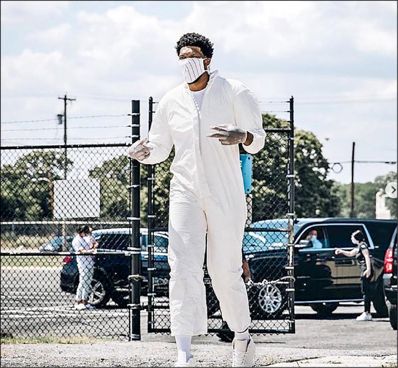 NBA球星進駐復賽園區》艾頓霸氣扛電腦螢幕 恩比德防疫全副武裝