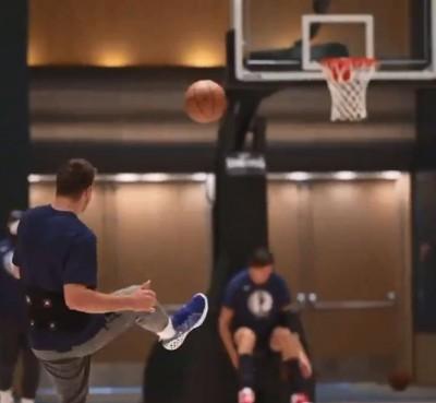 NBA》腳踢三分球、屋頂打板破網!歐洲金童東契奇神乎其技