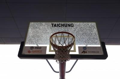 籃球》吳岱豪天生神力 單臂爆扣籃板當場GG(影音)